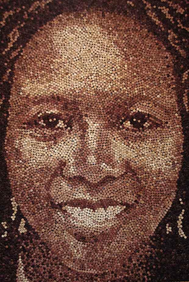 Retratos realizados con corchos de botellas.
