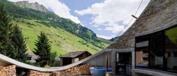 Preciosa casa integrada totalmente en una ladera