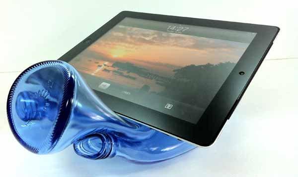 Soporte para tablet con una botella de vidrio