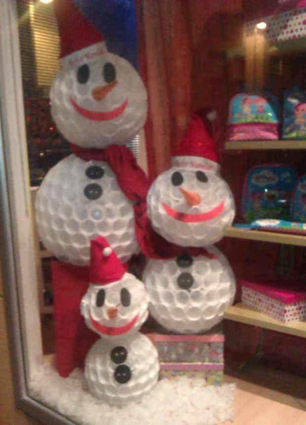 Muñecos de nieve para navidad con vasos de plástico