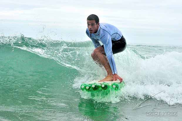 Surfistas con tabla hecha con botellas PET