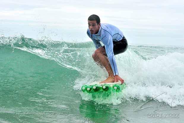 Surfistas con tabla hecha con botellas PET