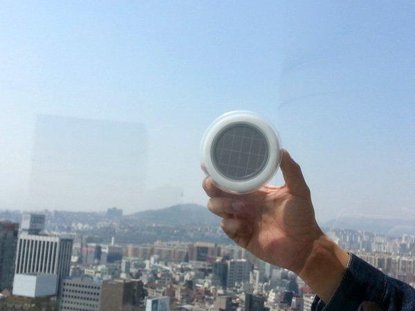 Enchufe solar para ventanas que genera electricidad