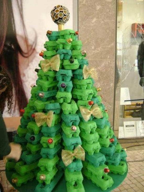 Imagen de arboles de navidad con material reciclable