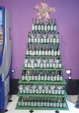 Árbol navidad con botellas de cerveza