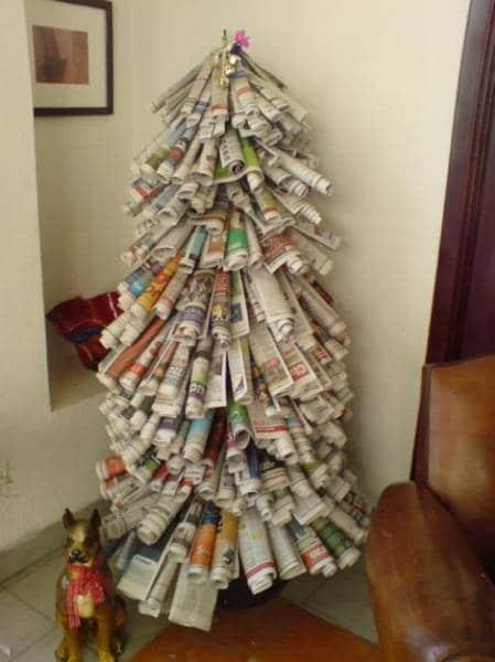 Árbol de navidad con periódicos