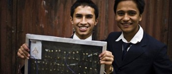 Adolescente nepalí inventa un panel solar con cabello humano