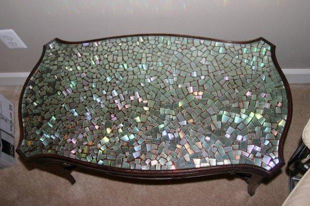 Mesa con mosaico de CDs