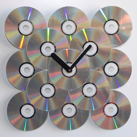 reloj de pared con CDs