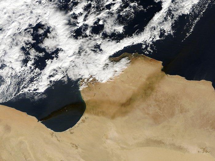Catastrófico incendio en una refinería de petróleo en Libia-satelite