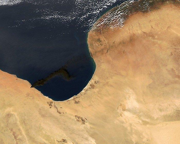 Catastrófico incendio en una refinería de petróleo en Libia-satelite1