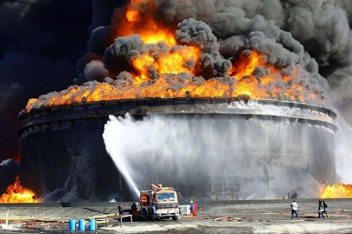 Catastrófico incendio en una refinería de petróleo en Libia