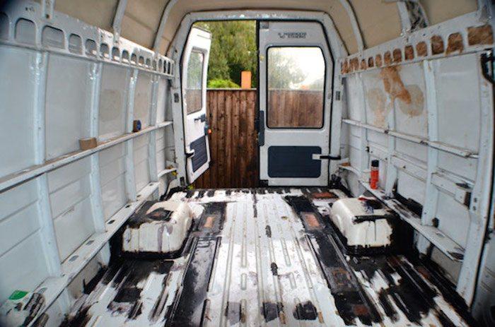 Como convertir una vieja furgoneta en una acogedora casa móvil alimentada con energía solar-1