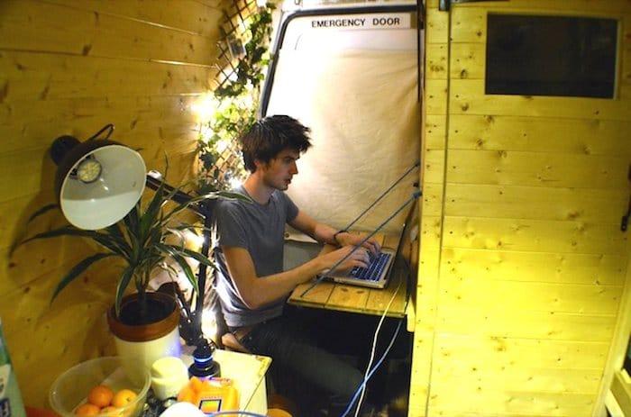 Como convertir una vieja furgoneta en una acogedora casa móvil alimentada con energía solar-12
