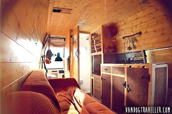 Como convertir una vieja furgoneta en una acogedora casa móvil alimentada con energía solar-4