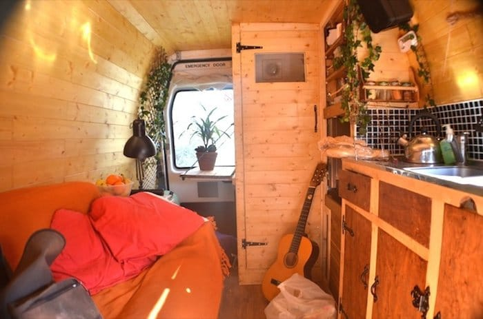 Como convertir una vieja furgoneta en una acogedora casa móvil alimentada con energía solar-5