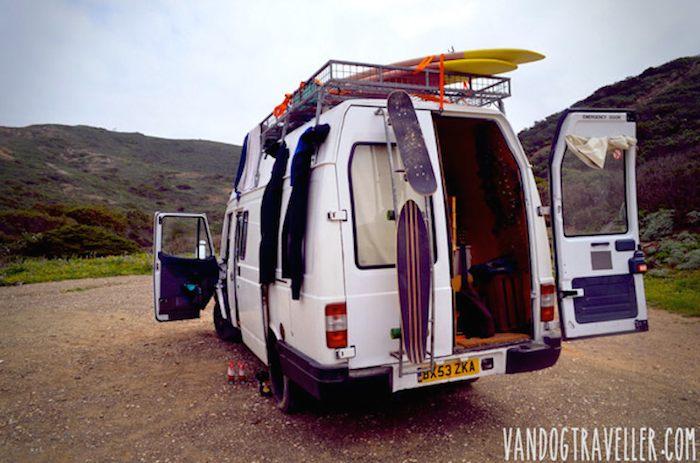 Como convertir una vieja furgoneta en una acogedora casa móvil alimentada con energía solar-6