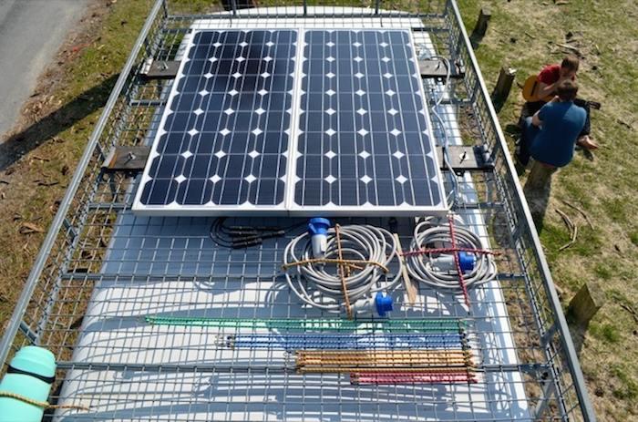Como convertir una vieja furgoneta en una acogedora casa móvil alimentada con energía solar-8