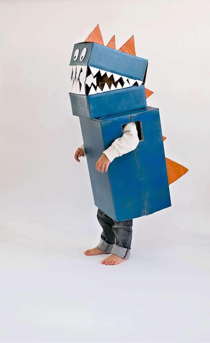 Disfraz de dinosaurio hecho de cartón reciclado para carnaval