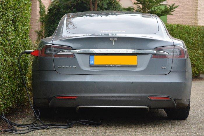 Tesla-model-s-cargando