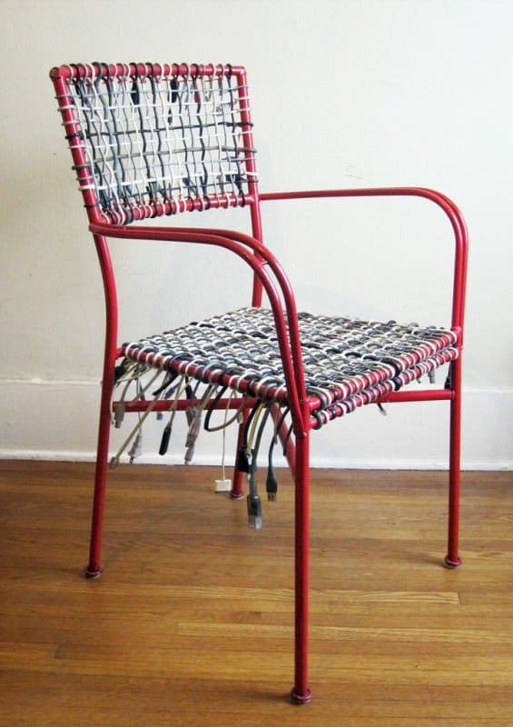 Como arreglar una silla reusando cables electrónicos