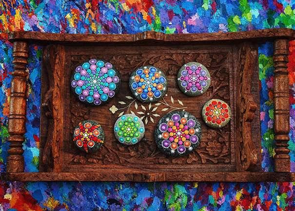 C mo pintar piedras para crear coloridos mandalas for Piedras pintadas a mano paso a paso