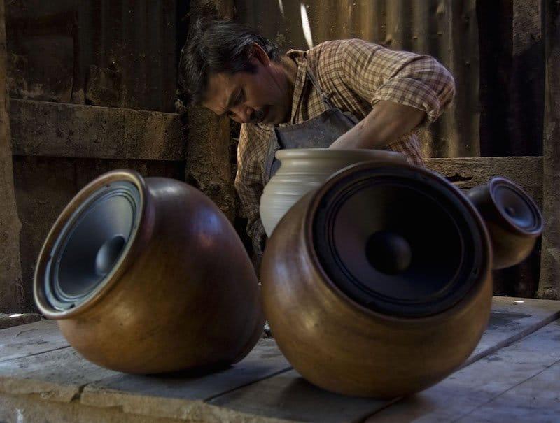 Altavoces inalámbricos de arcilla hechos a mano