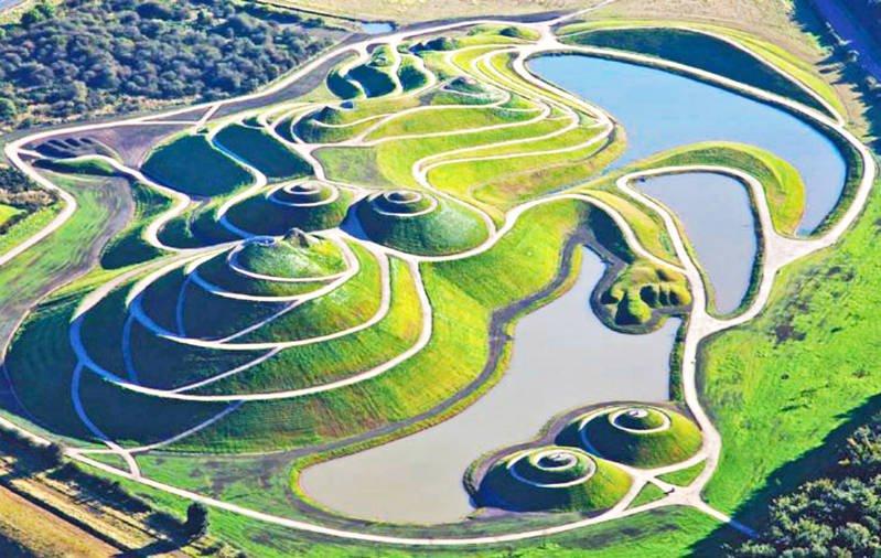 Crawick Multiverse. Una vieja mina de carbón convertida en la recreación de un universo con plantas, tierra y rocas