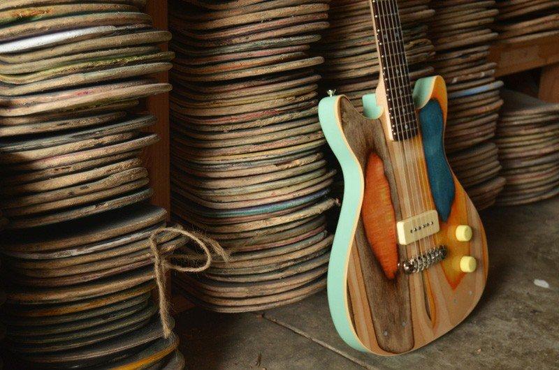 Guitarras hechas con tablas de patinar recicladas