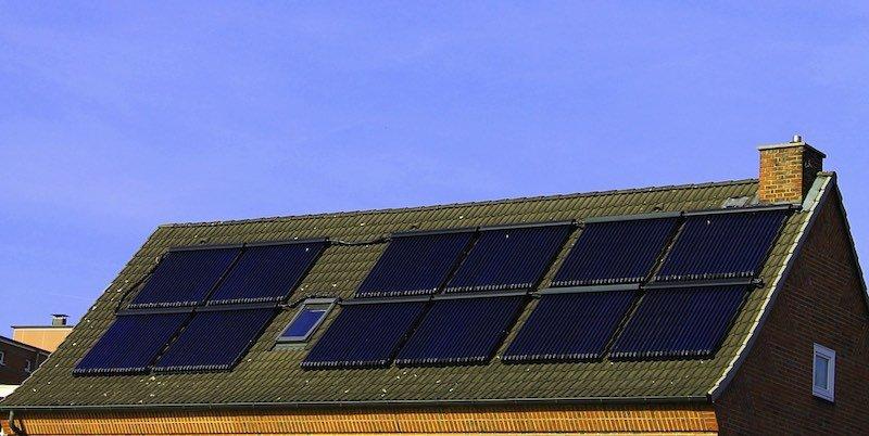 La Casa Blanca instala paneles solares en casas de protección oficial