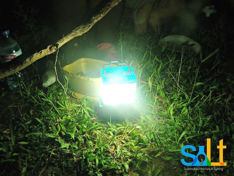 Una lámpara que funciona 8 horas con un solo vaso de agua salada, Lipa Aisa Mijena, salt