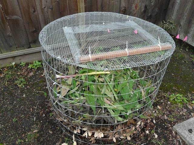 Una sencilla compostadora hecha con tela metálica 2