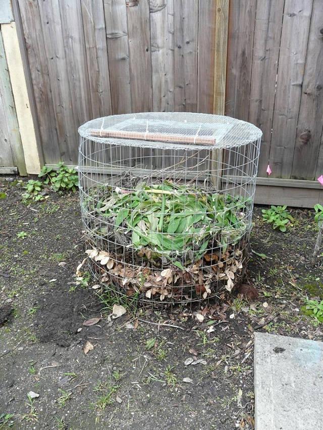 Una sencilla compostadora hecha con tela metálica 4
