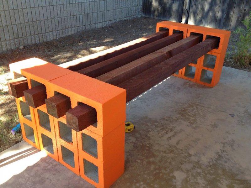 Cómo hacer un banco con listones de madera y bloques de hormigón3