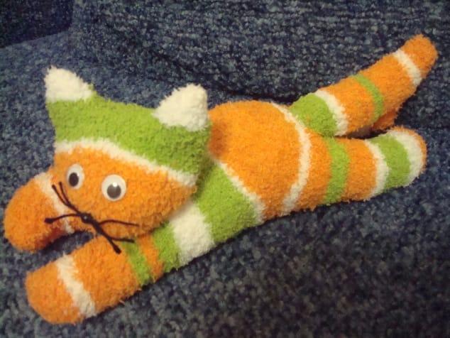 Como hacer un lindo gatito con un calcetín12