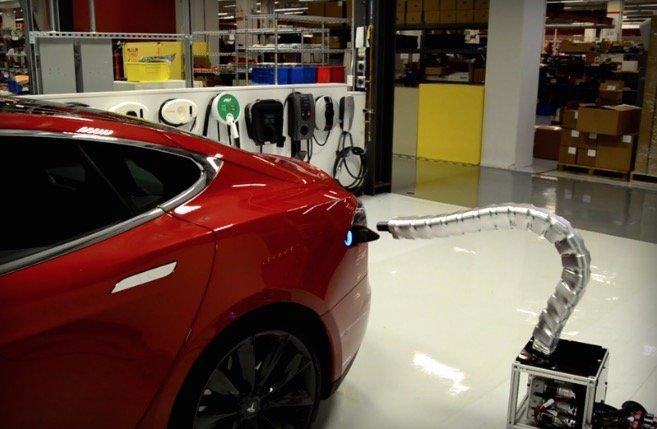 El cargador de Tesla con aspecto de serpiente de metal que se enchufa solo
