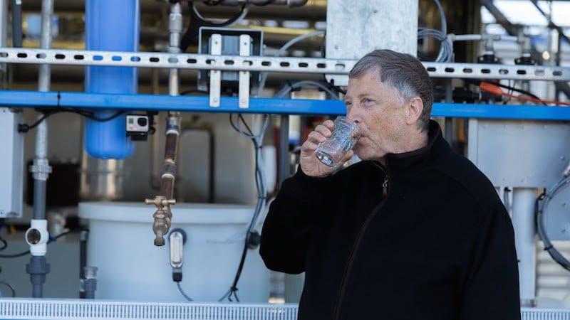 La máquina de Bill Gates que obtiene agua potable de las heces