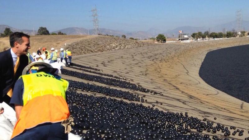 Lanzan miles de pelotas de plástico en los embalses de Los Ángeles contra la sequía