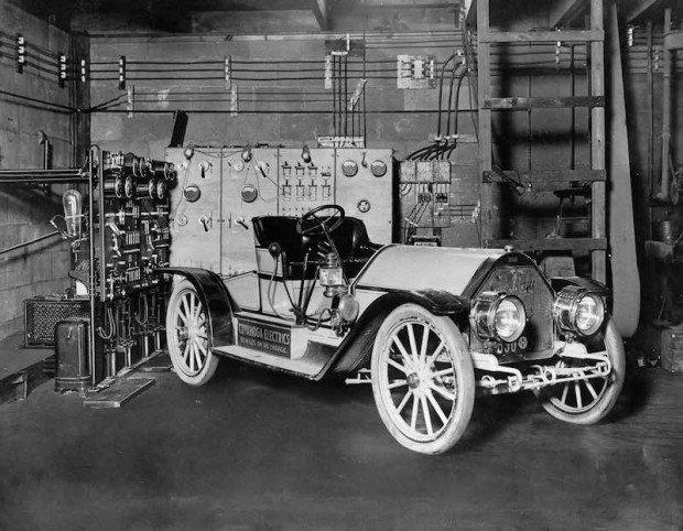 Mercury electrico en estación de carga
