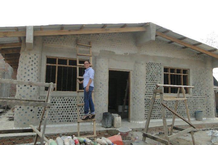 Una abogada boliviana hace casas con botellas pet para las - Casa de materiales de construccion ...
