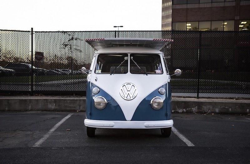 furgoneta Volkswagen de 1966 impulsada por energía solar