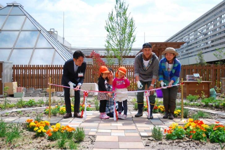 Tokio transforma las azoteas de las estaciones en huertos urbanos