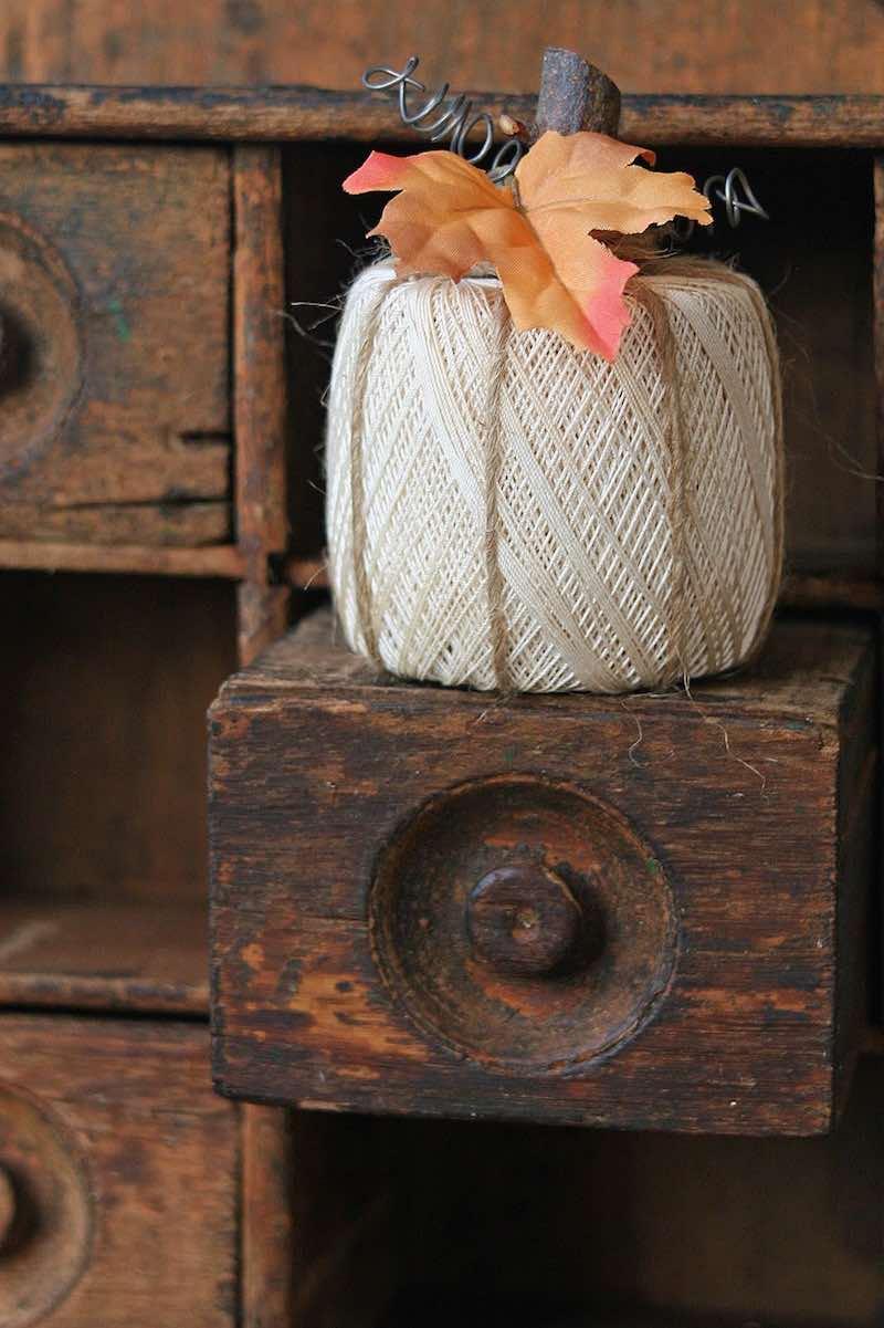 Calabaza con bobinas de hilo