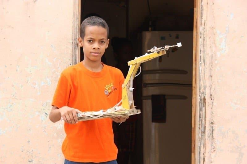 Niño prodigio dominicano que construye robots con material reciclado