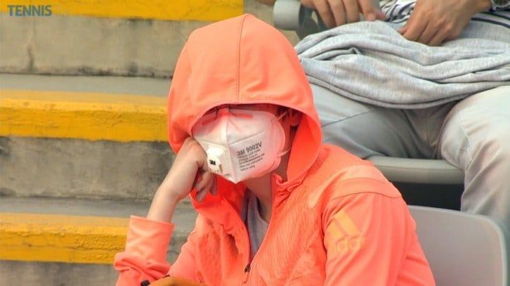 Viendo el tenis con mascara en Pekin