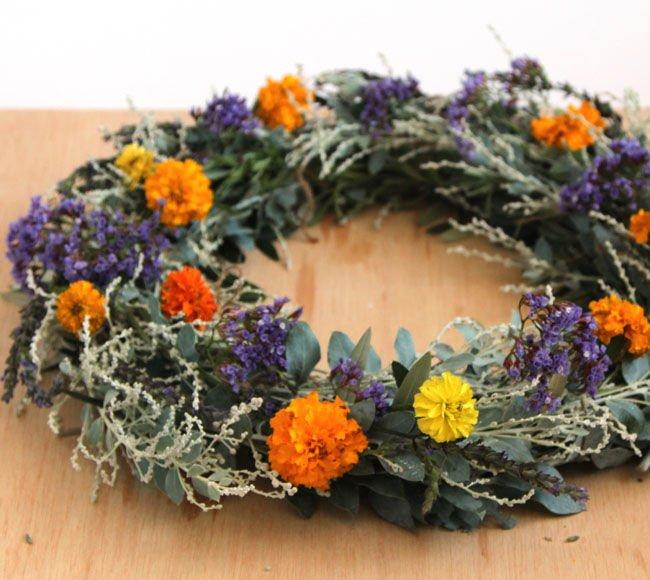 Guirnalda con hojas y flores silvestres