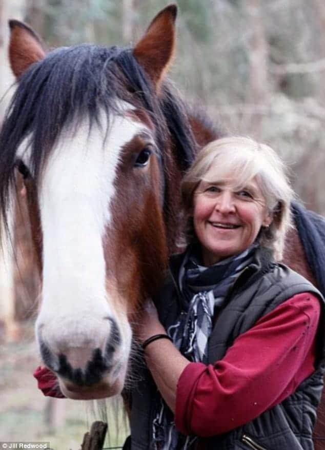 Jill Redwood junto a uno de sus caballos