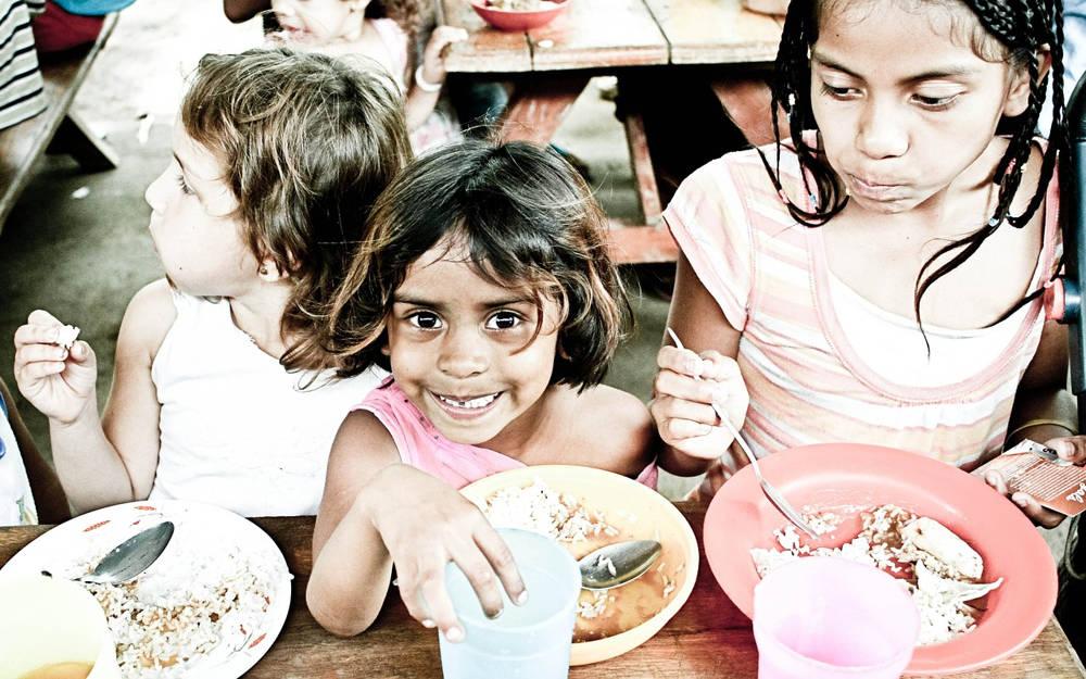 Restaurantes reducen las porciones de los platos para donar alimentos a los niños necesitados