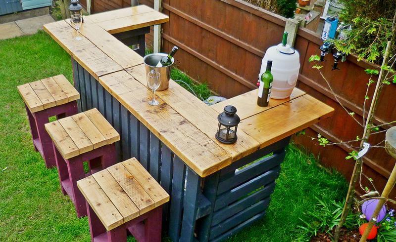 Como hacer una barra de bar en tu jardín con palets1