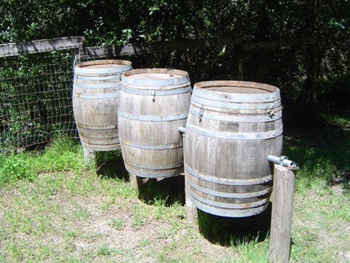 Compostadora con barriles de vino
